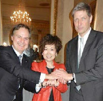 Peter Hess (left) and Frank Zacharias joining hands with Yvonne Chua.
